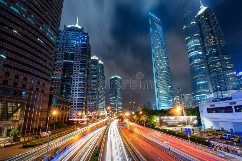 Het verkeer van Shanghai bij nacht in Lujiazui-commercieel centrum, Shanghai, royalty-vrije stock foto