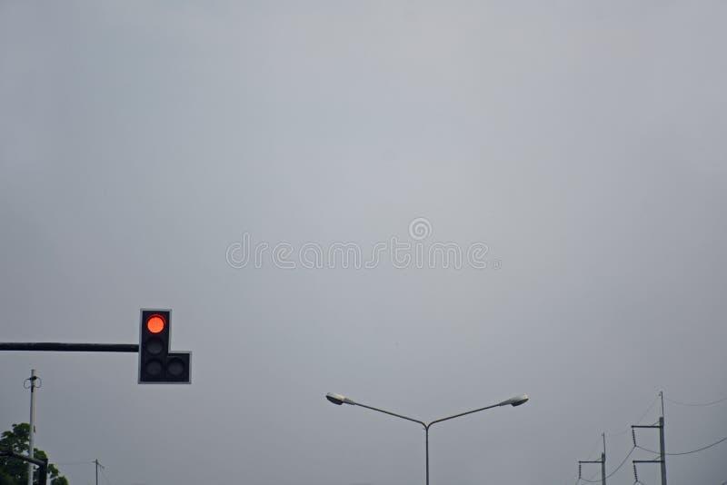Het verkeerslicht bij kruisingswegen toont rood licht in schemering t royalty-vrije stock fotografie