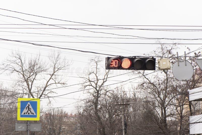 Het verkeerslicht brandt rood stock foto's