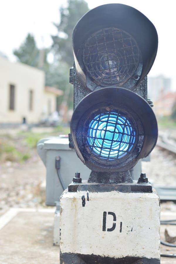 Het verkeerslicht toont blauw signaal stock foto