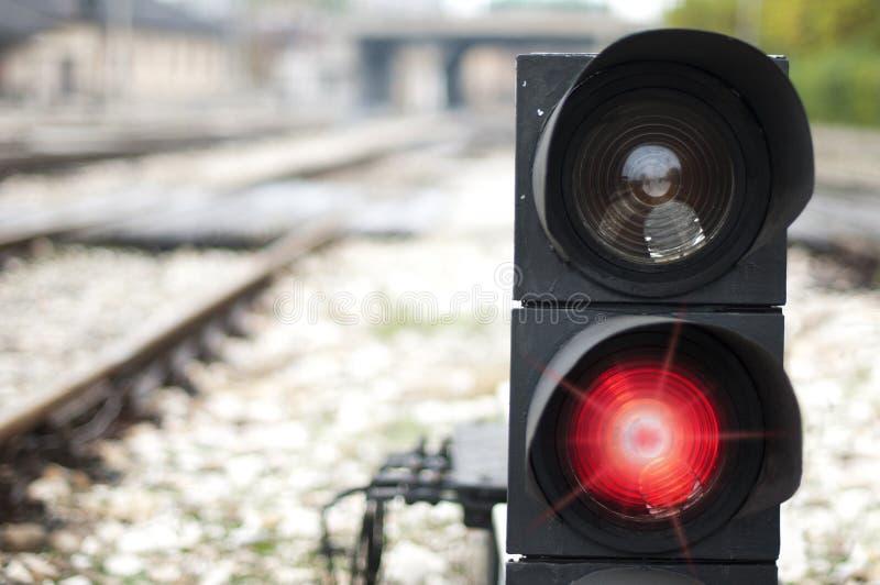 Het verkeerslicht toont rood signaal stock afbeelding