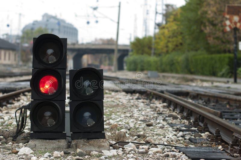 Het verkeerslicht toont rood signaal stock foto's