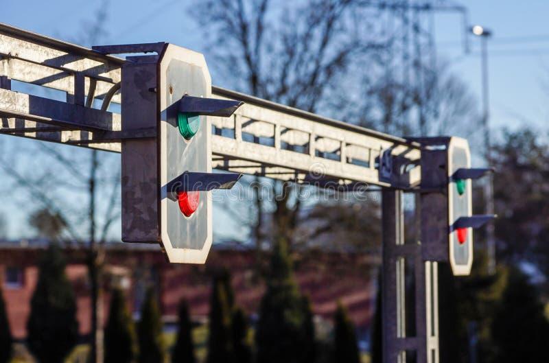 Het verkeerslicht toont rood signaal op spoorweg stock foto's