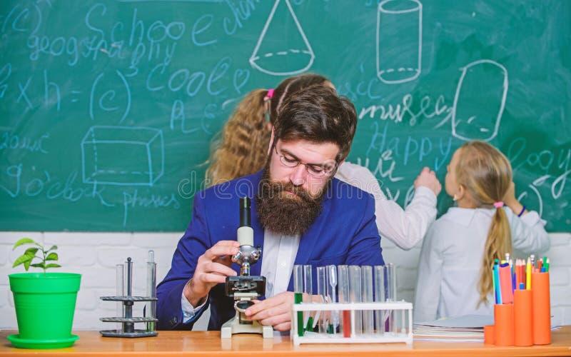 Het verklaren van biologie aan kinderen De biologie speelt rol in begrip van complexe vormen van het leven Schoolleraar van biolo stock afbeeldingen