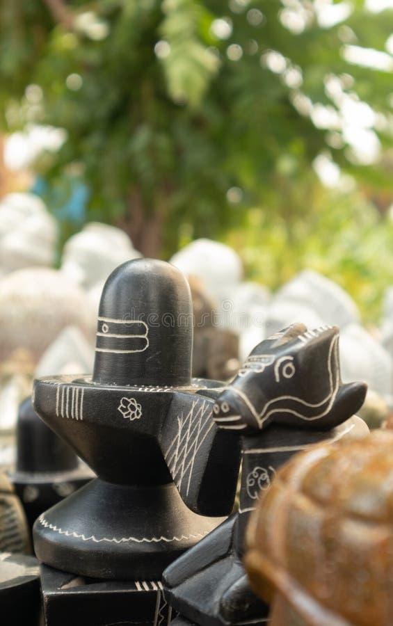 Het verkopen van het beeldhouwwerk van steenshiva linga aan de wegkant van Hampi, India royalty-vrije stock afbeelding