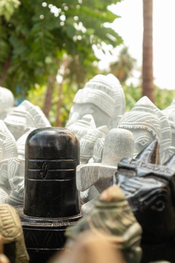 Het verkopen van het beeldhouwwerk van steenshiva linga aan de wegkant van Hampi, India stock fotografie
