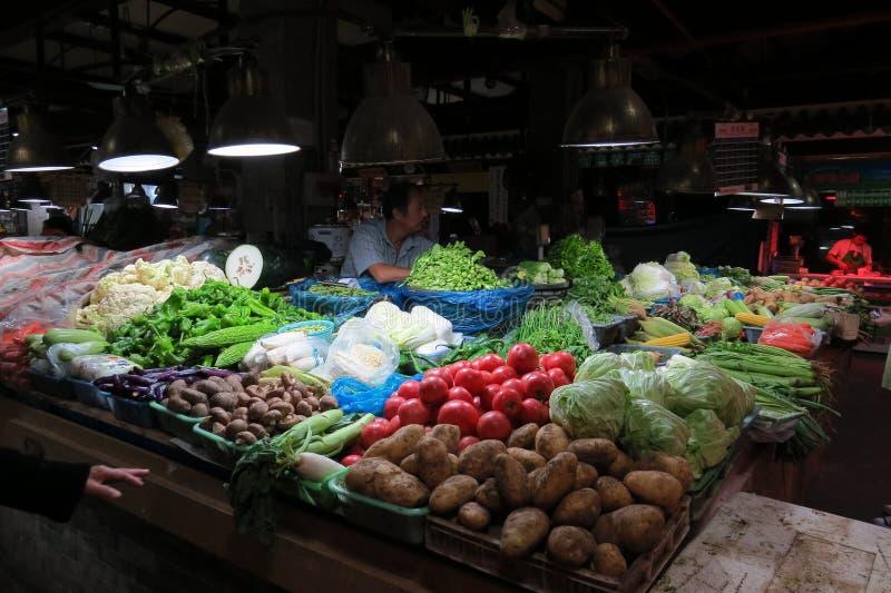 Het verkopen veggies in natte markt in Shanghai van de binnenstad stock foto's