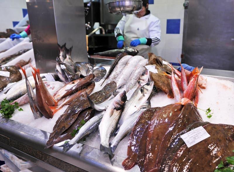 Het verkopen vissen in de marktvishandelaar, Spanje royalty-vrije stock foto's