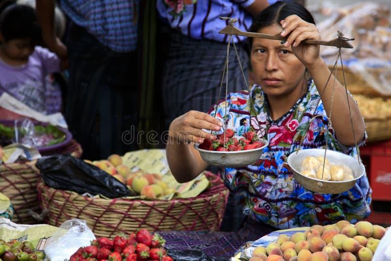 Het verkopende fruit van de vrouw in Santiago Atitlan, Guatemala stock afbeelding