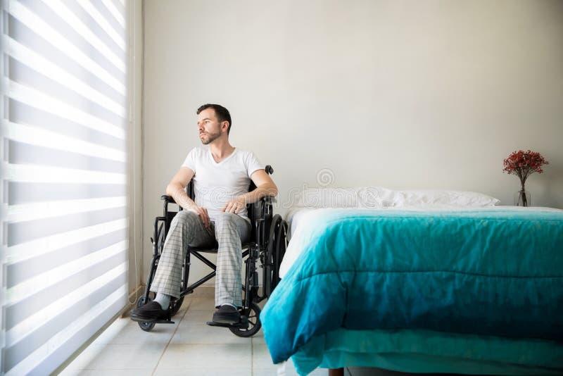 Het verlamde mens thuis gedeprimeerd voelen stock foto's