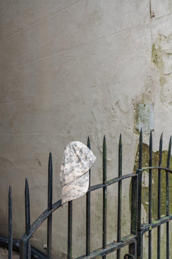 Het verlaten grijs en tan pixelated camouflagehoed royalty-vrije stock afbeelding