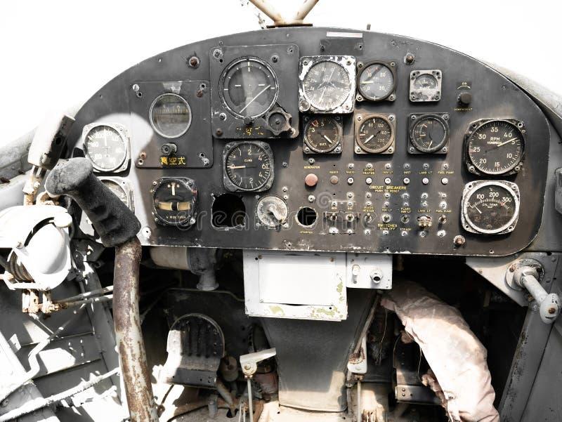 Het verlaten oude dashboard van het legervliegtuig stock foto