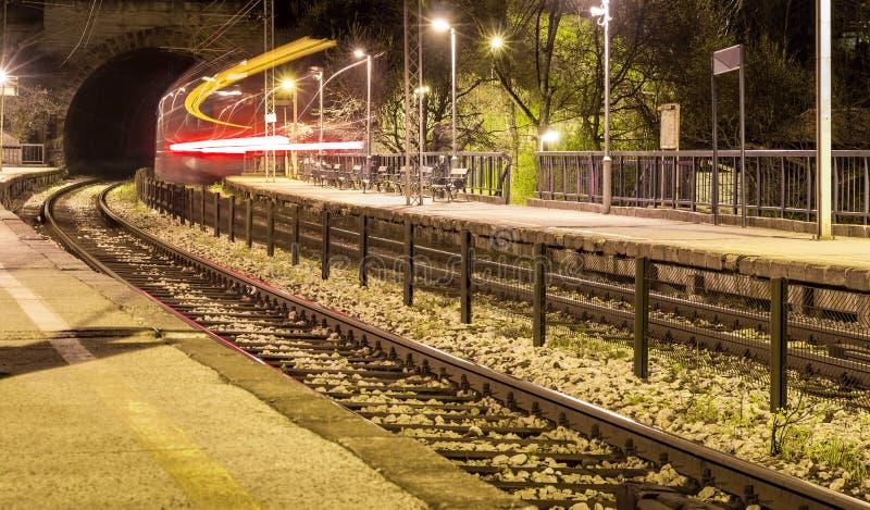 Het verlaten van trein in de tunnel van het station met lichte slepen stock afbeelding