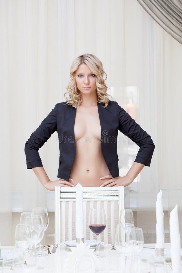 Het verleidelijke blonde stellen topless in laag stock afbeeldingen