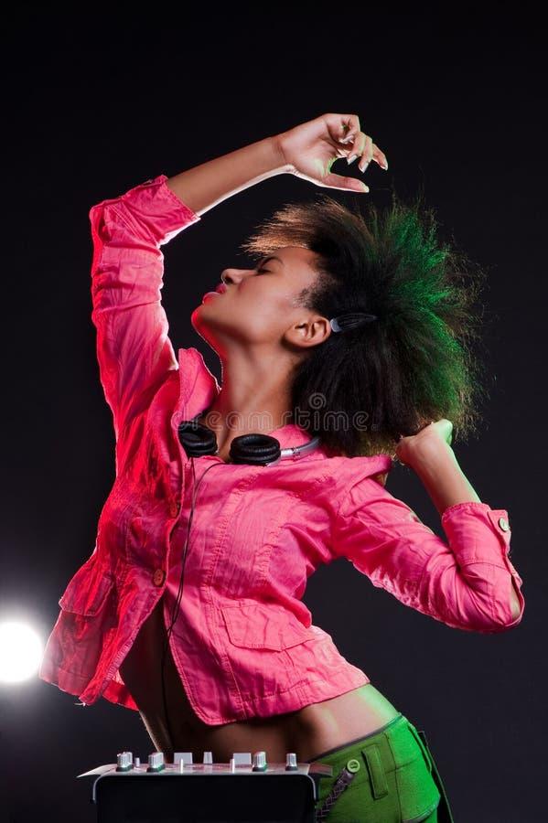 Het verleidelijke deejay dansen stock foto
