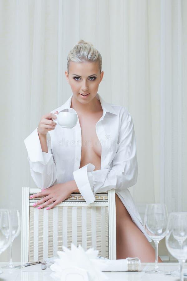 Het verleidelijke topless blonde stellen die camera bekijken stock fotografie