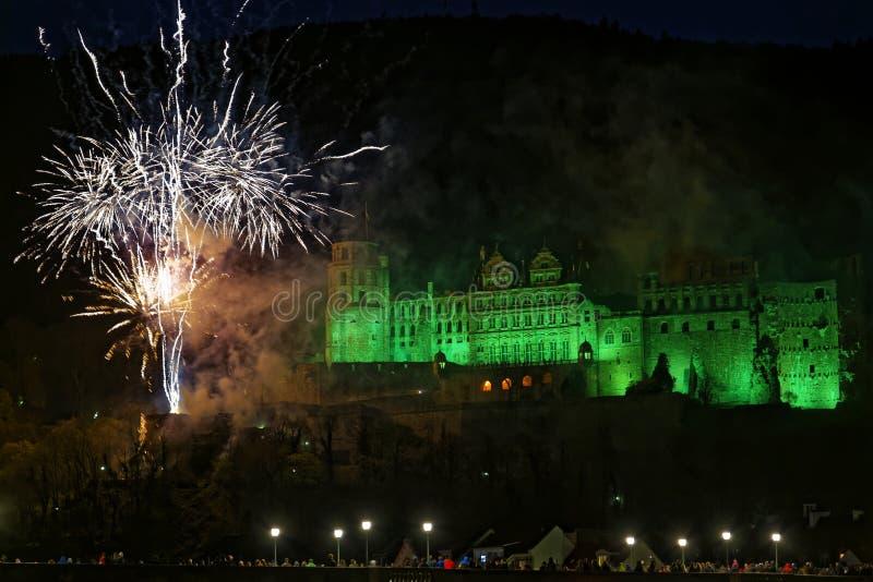 Het verlichte kasteel van Heidelberg met vuurwerk royalty-vrije stock foto's
