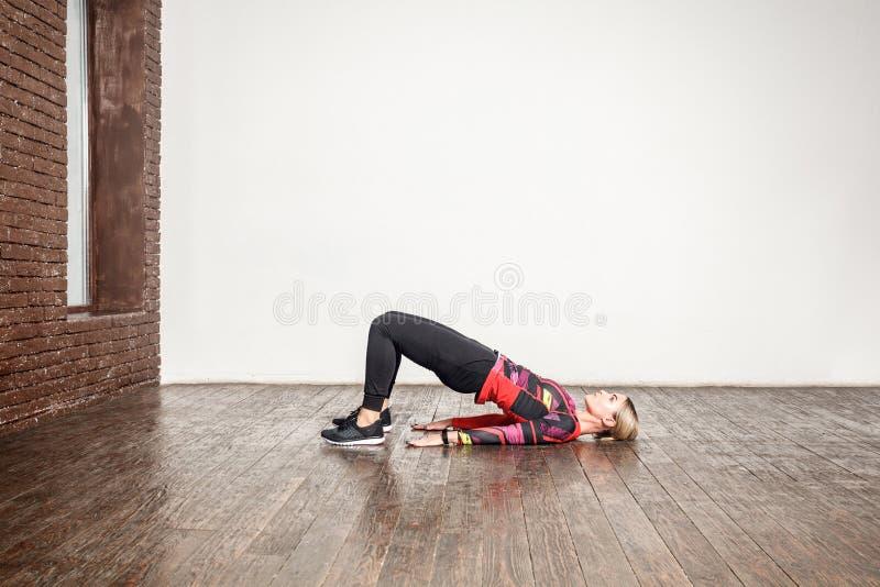 Het verliesconcept van het gewicht Dame die aërobe oefening doen stock fotografie