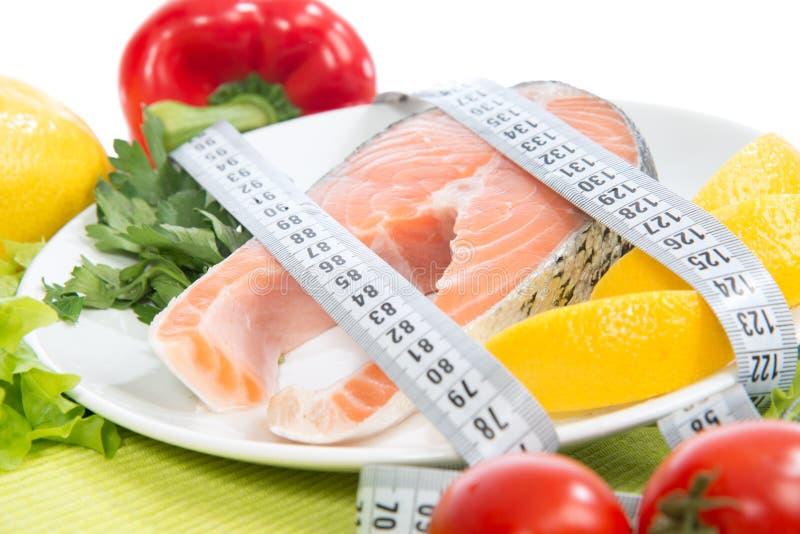 Het verliesconcept van het dieetgewicht. Vers zalmlapje vlees voor lunch stock afbeeldingen