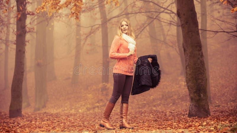 Het verloren park die van de vrouwen mistige herfst richting zoeken royalty-vrije stock foto's