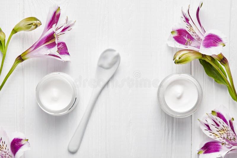 Het vermoeide de therapie van de skincare medische schoonheid van de huid kosmetische room gezichts professionele reinigingsmidde stock afbeelding