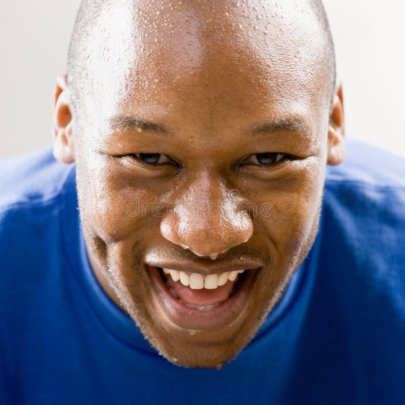 Het vermoeide mens glimlachen stock fotografie