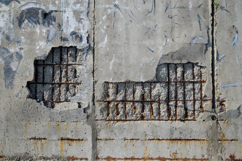 Het vernietigen van muur van gewapend beton het vallen van pleister royalty-vrije stock foto's