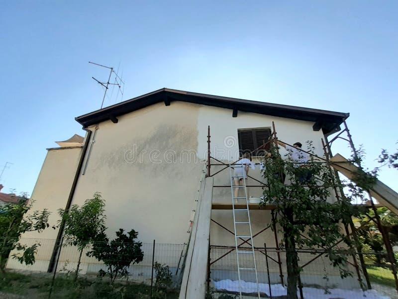 Het vernieuwen van het schilderen voorgevel van een huis stock foto's
