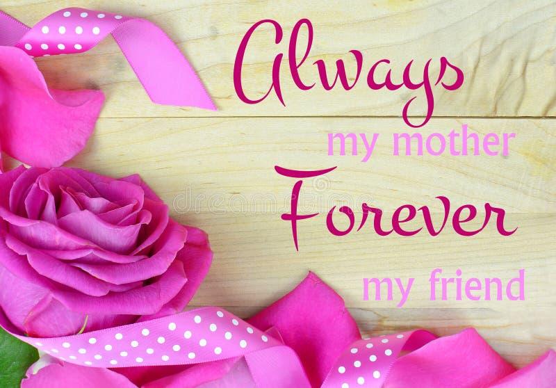 Het verouderen heldere nam roze bloemblaadjes vormt een grens op een rustieke houten achtergrond voor de dag van de moeder toe stock foto's