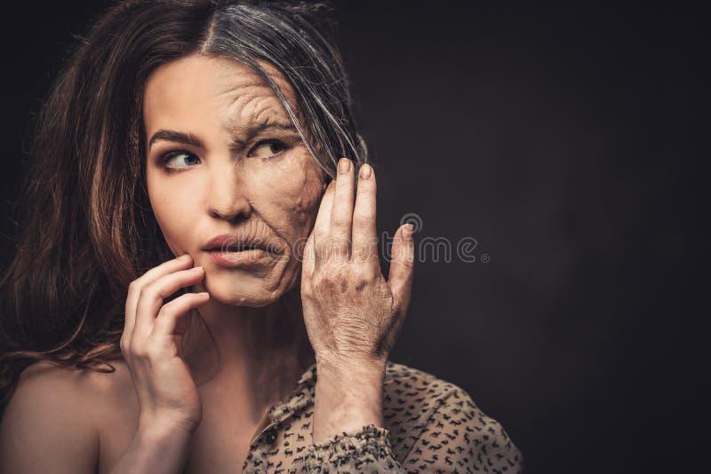 Het verouderen, het concept van de huidzorg Halve oude halve jonge vrouw royalty-vrije stock fotografie