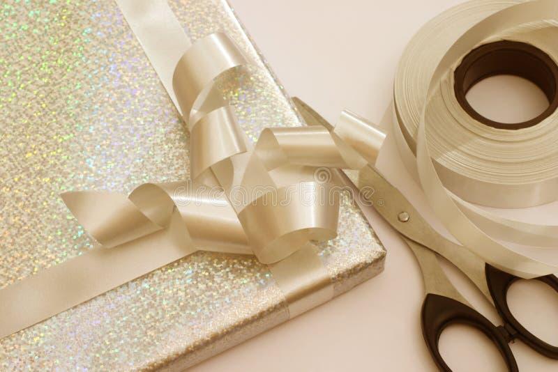Het verpakken van de gift stock foto