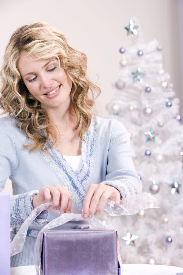 Het verpakken van de Kerstmisgift stock foto