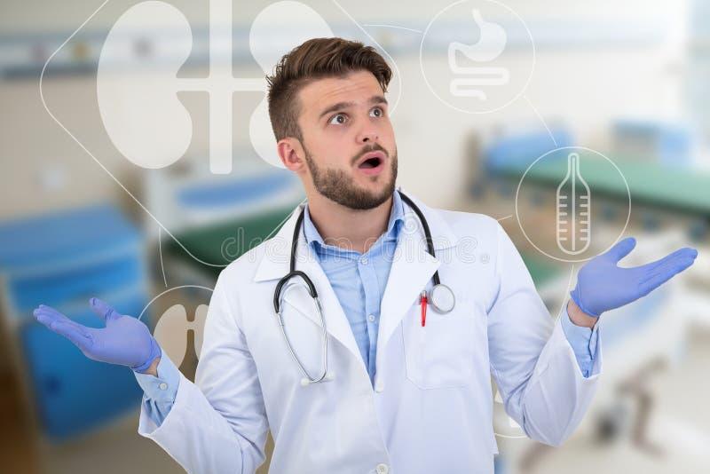 Het verraste mannelijke arts stellen in een wit uniform met medische illustraties royalty-vrije stock afbeeldingen