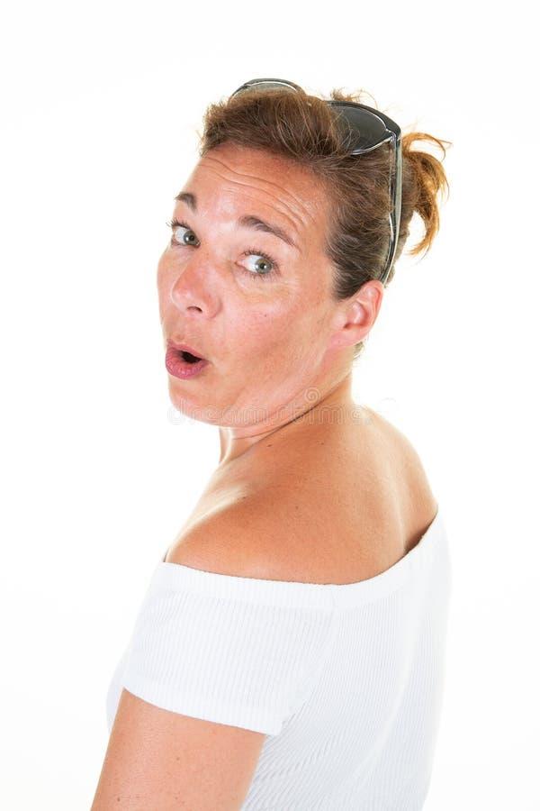 Het verraste portret van het vrouwen midden oude gezicht op witte achtergrond royalty-vrije stock fotografie