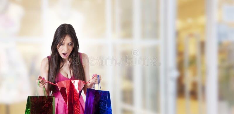Het verraste vrouw winkelen stock afbeelding