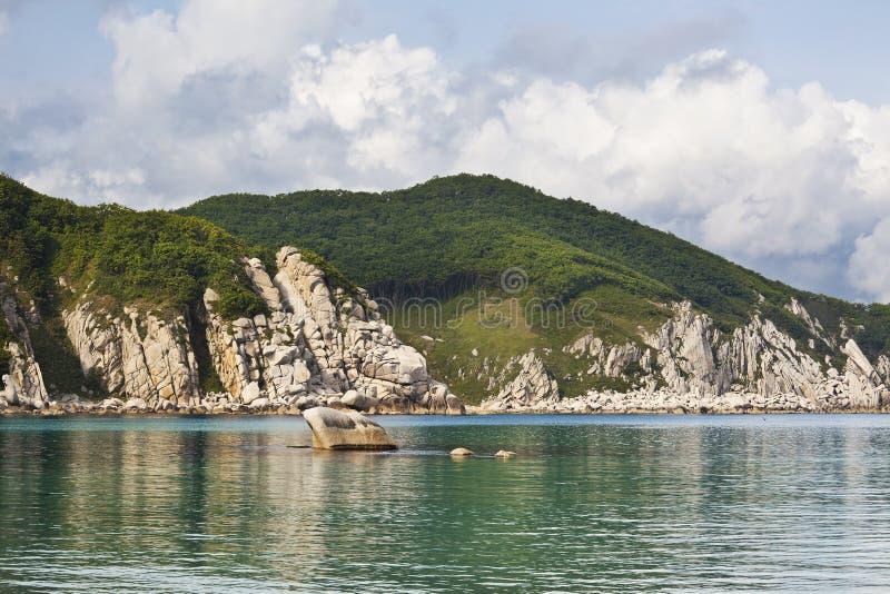 Het Verre Oosten van Rusland. De kust van het Japanse overzees royalty-vrije stock afbeelding