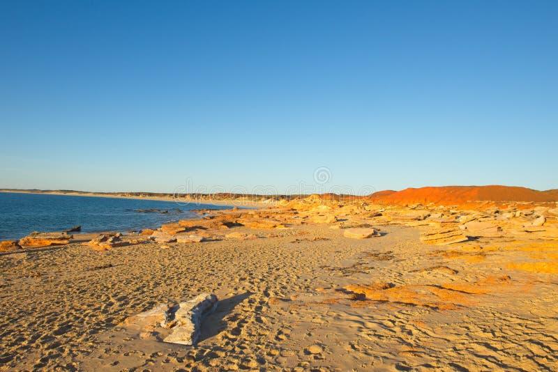 Het verre strand bij de kust van Kimberley West-Australië stock afbeelding