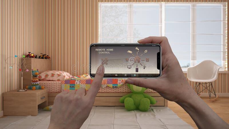 Het verre systeem van de huiscontrole op een digitale slimme telefoontablet Apparaat met app pictogrammen Binnenland van moderne  royalty-vrije stock fotografie
