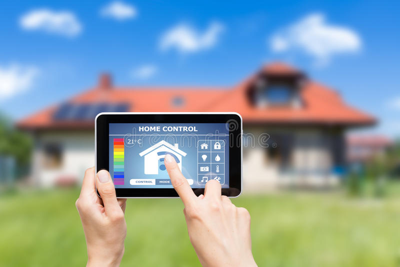 Het verre systeem van de huiscontrole op een digitale tablet royalty-vrije stock afbeeldingen