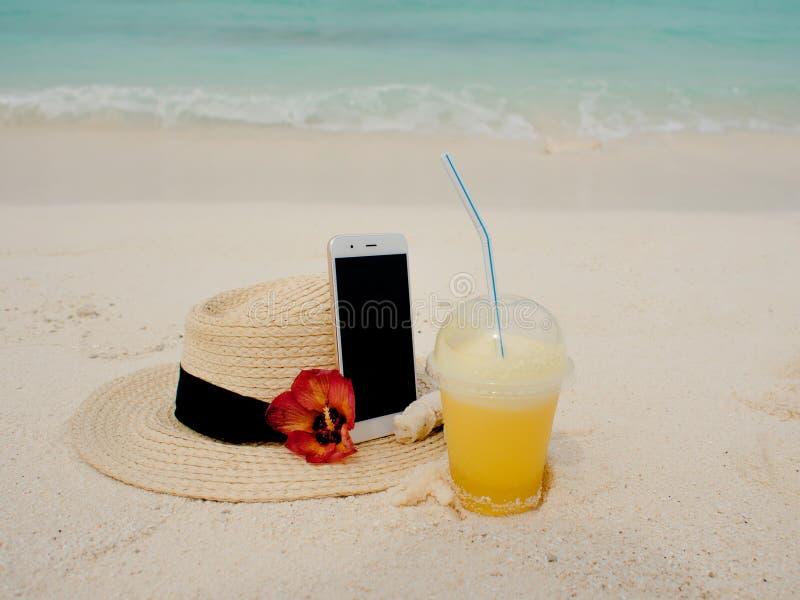Het verre werk overal in de wereld, concept Gebruikend Internet en uw smartphone zelfs op een ver tropisch eiland stock foto