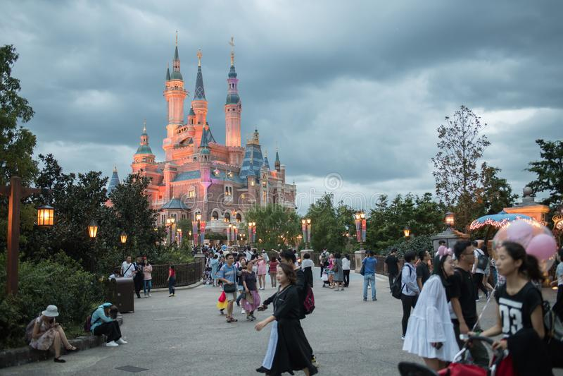 Het Verrukte Verhalenboekkasteel in Shanghai Disneyland, China stock fotografie