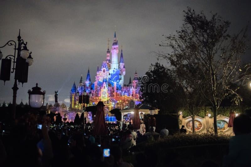 Het Verrukte Verhalenboekkasteel in Shanghai Disneyland, China stock foto's