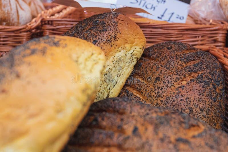 Het vers gebakken knapperige brood van het papaverzaad op vertoning bij een lokale markt in Chester, Chestershire, het UK royalty-vrije stock foto