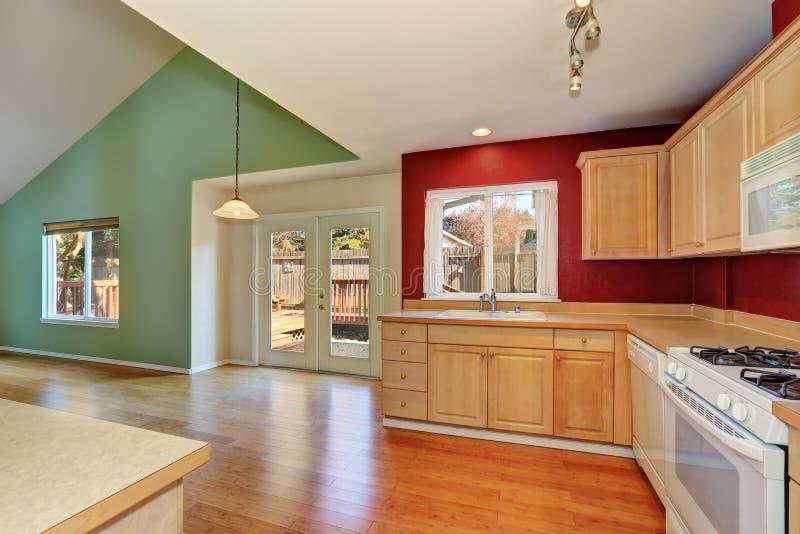 Het vers geremodelleerde binnenland van de keukenruimte royalty-vrije stock afbeelding