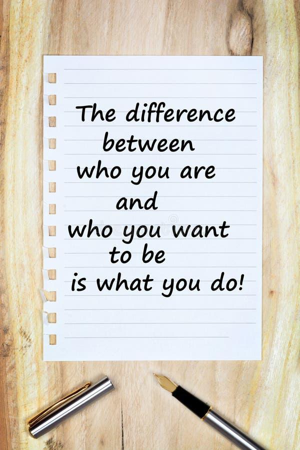 Het verschil tussen wie u bent en wie u wilt zijn is wat u op papier doet stock foto's
