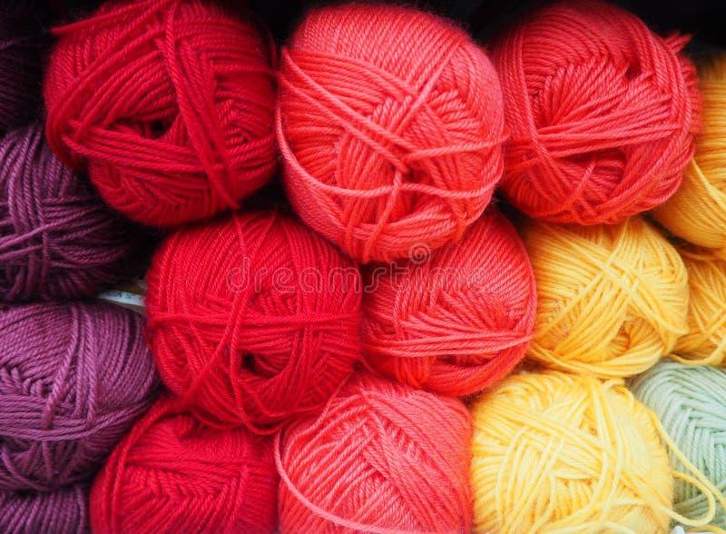 Het verschillende garen van kleurenrood, multicolored draden stock afbeelding