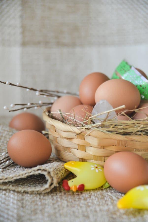 het verse ei van de landbouwbedrijfkip in de mand op textielachtergrond, voorbereiding voor Pasen royalty-vrije stock foto's