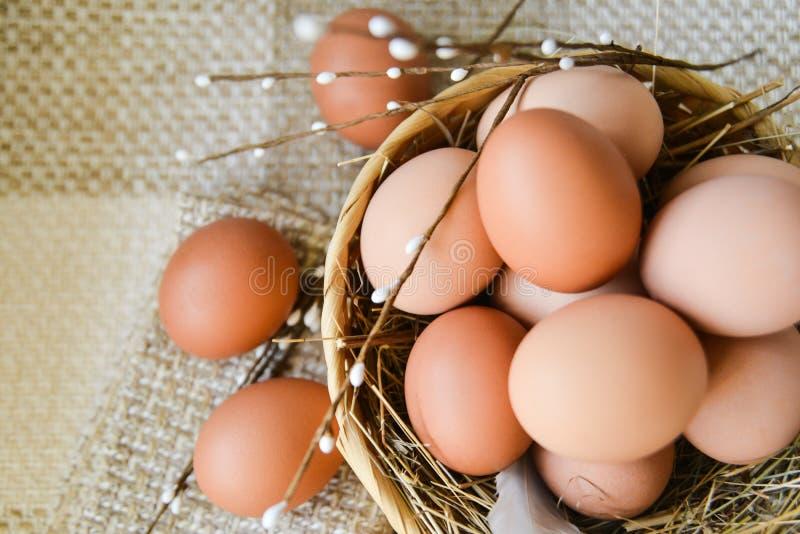 het verse ei van de landbouwbedrijfkip in de mand op textielachtergrond, voorbereiding voor Pasen royalty-vrije stock foto