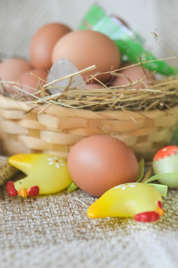 het verse ei van de landbouwbedrijfkip in de mand op textielachtergrond, voorbereiding voor Pasen stock afbeelding