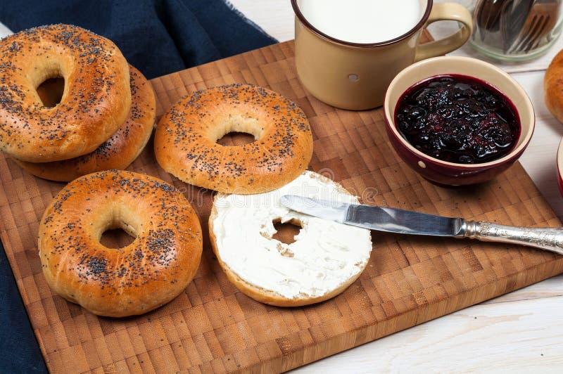 Het verse eigengemaakte brood van Papaverongezuurde broodjes met kop van melk, roomkaas royalty-vrije stock afbeelding
